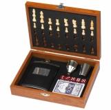 Zestaw piersiówka, szachy, karty i kości z logo (6078601)